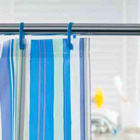 וילון מקלחת מייצר לא מעט בעיות חוץ מייעודו למניעת זליגת מים